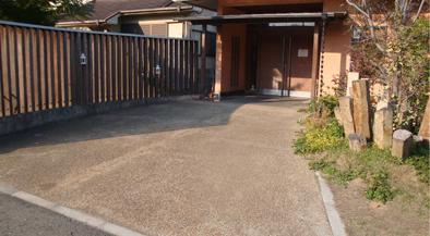 駐車スペースとエントランス